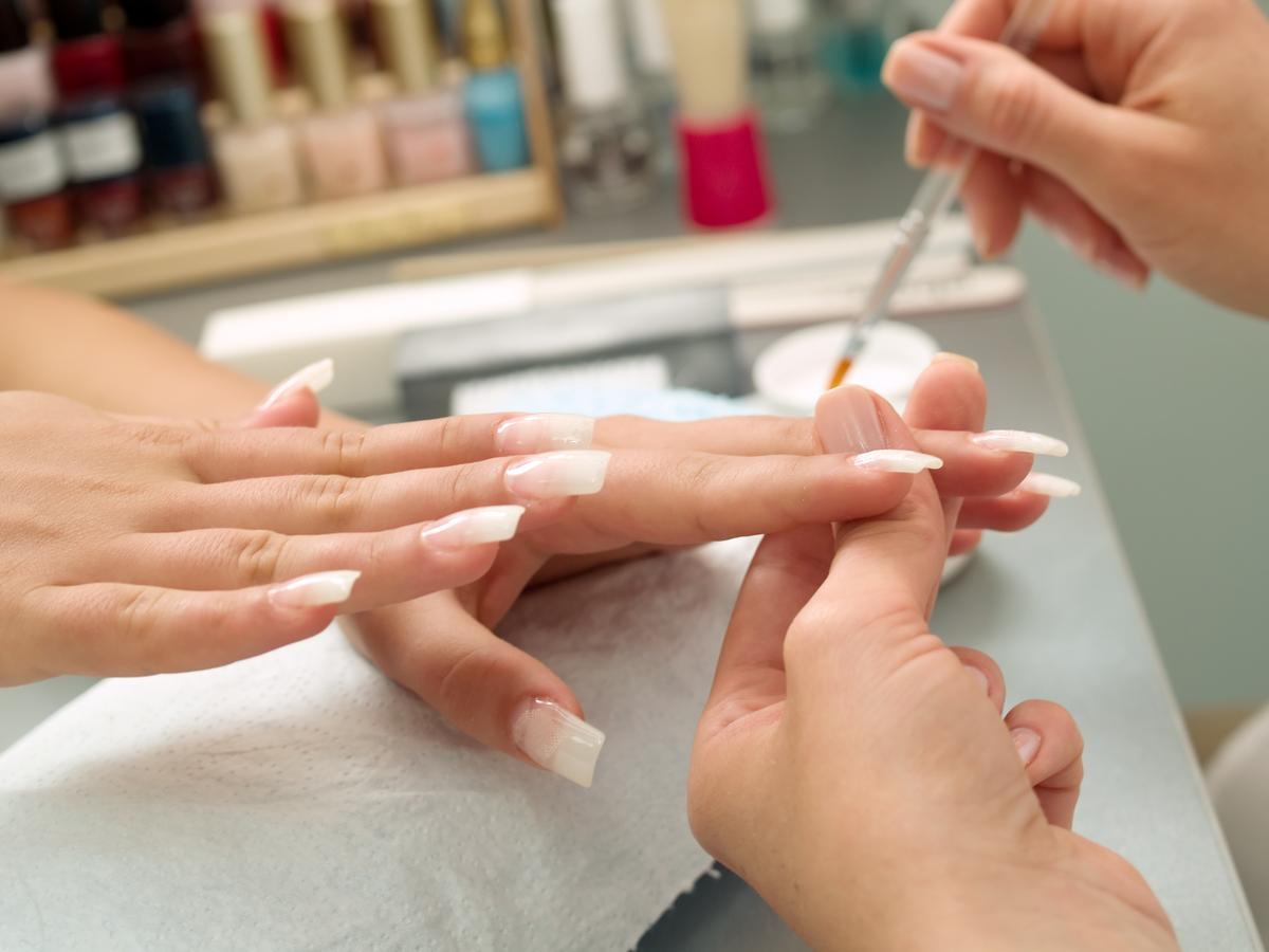 Как правильно наращивают ногти в домашних условиях